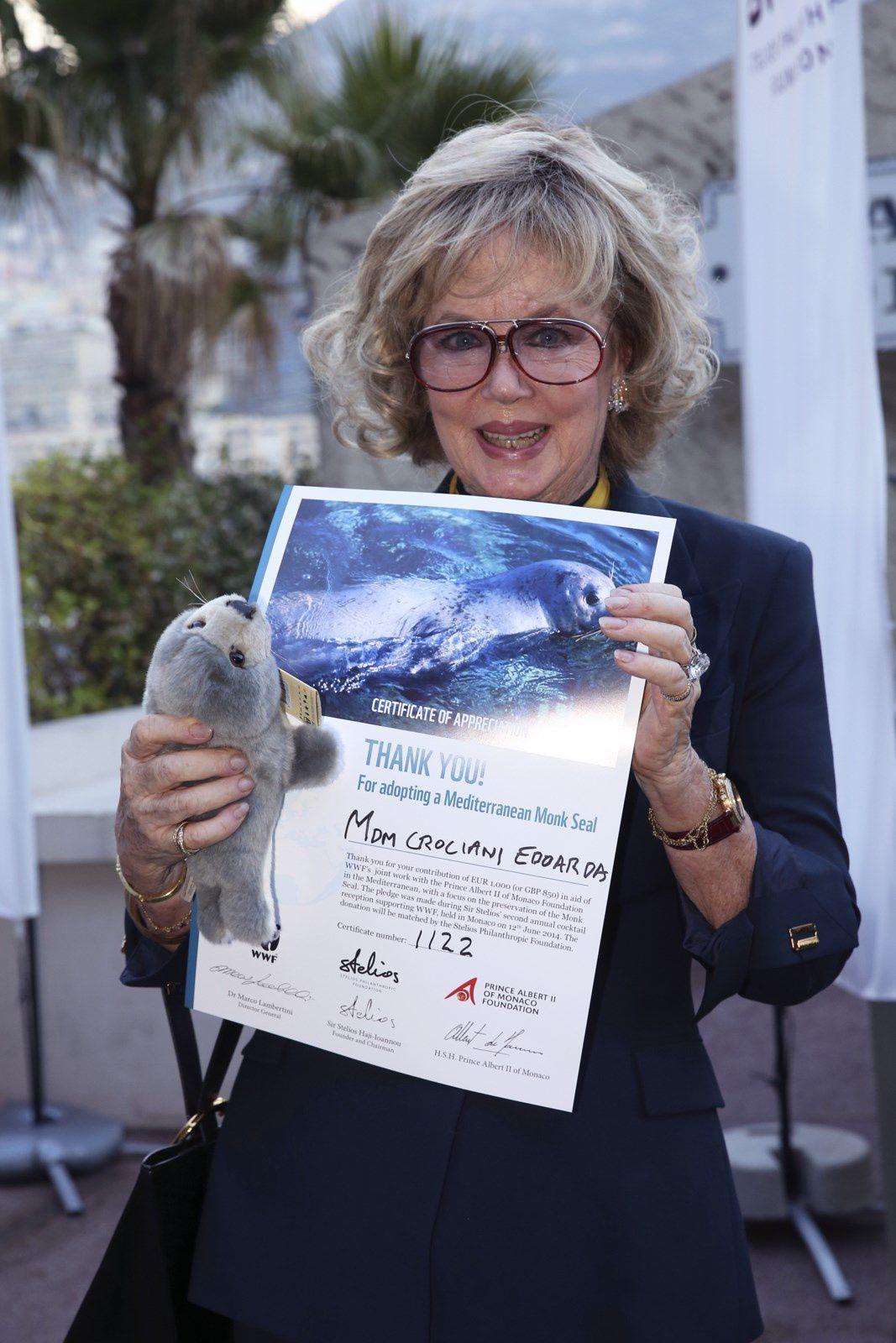 S.E. Bernard Fautrier, Vice-Presidente Fondation Prince Albert II e donna Fernanda Cruciani con un certificato di contributo personale.