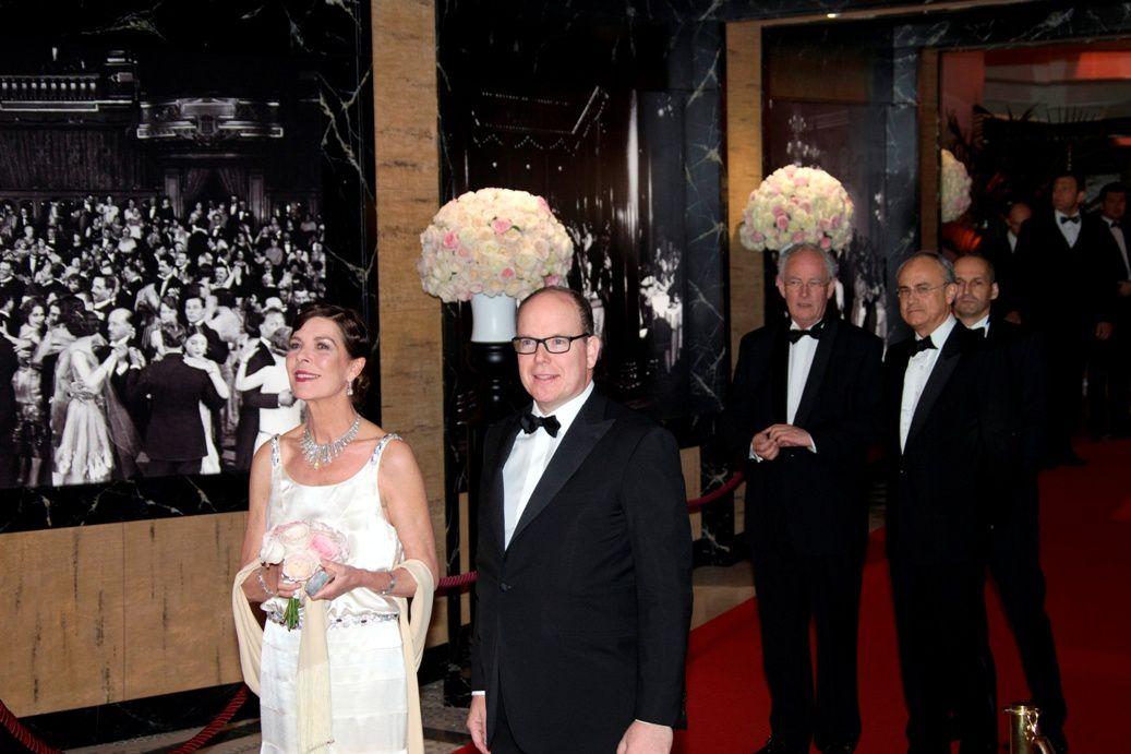 f4ba1699428c SAS Alberto II di Monaco e SAR Carolina di Hannover ed in secondo piano il  Ministro