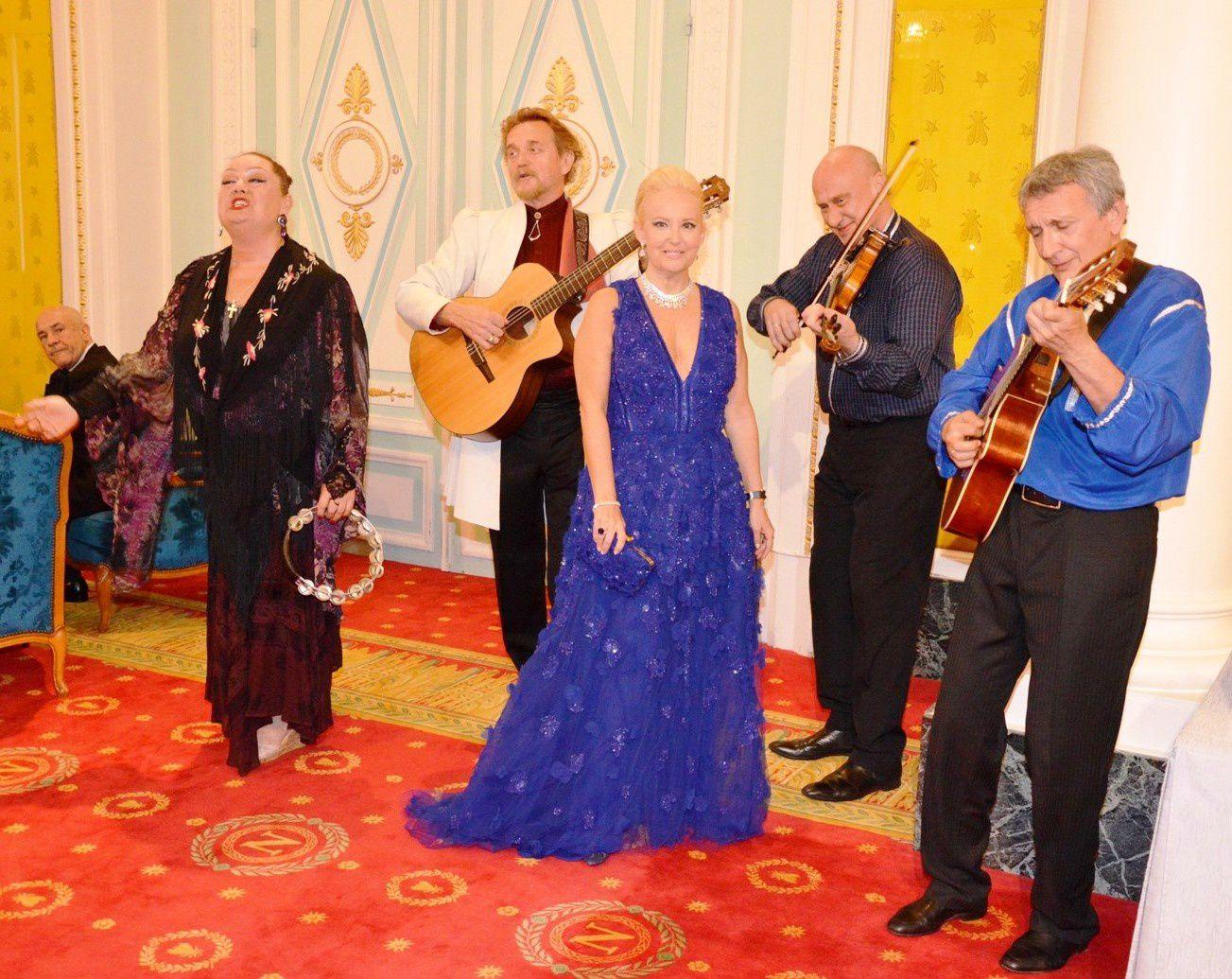 Natalia Ermilova, Artiste slave, chanteuse et violoniste et David Bubani, chanteur d'opéra et violoniste accompagné par le pianiste Genc Tukiçi, Artistes russes et tziganes.