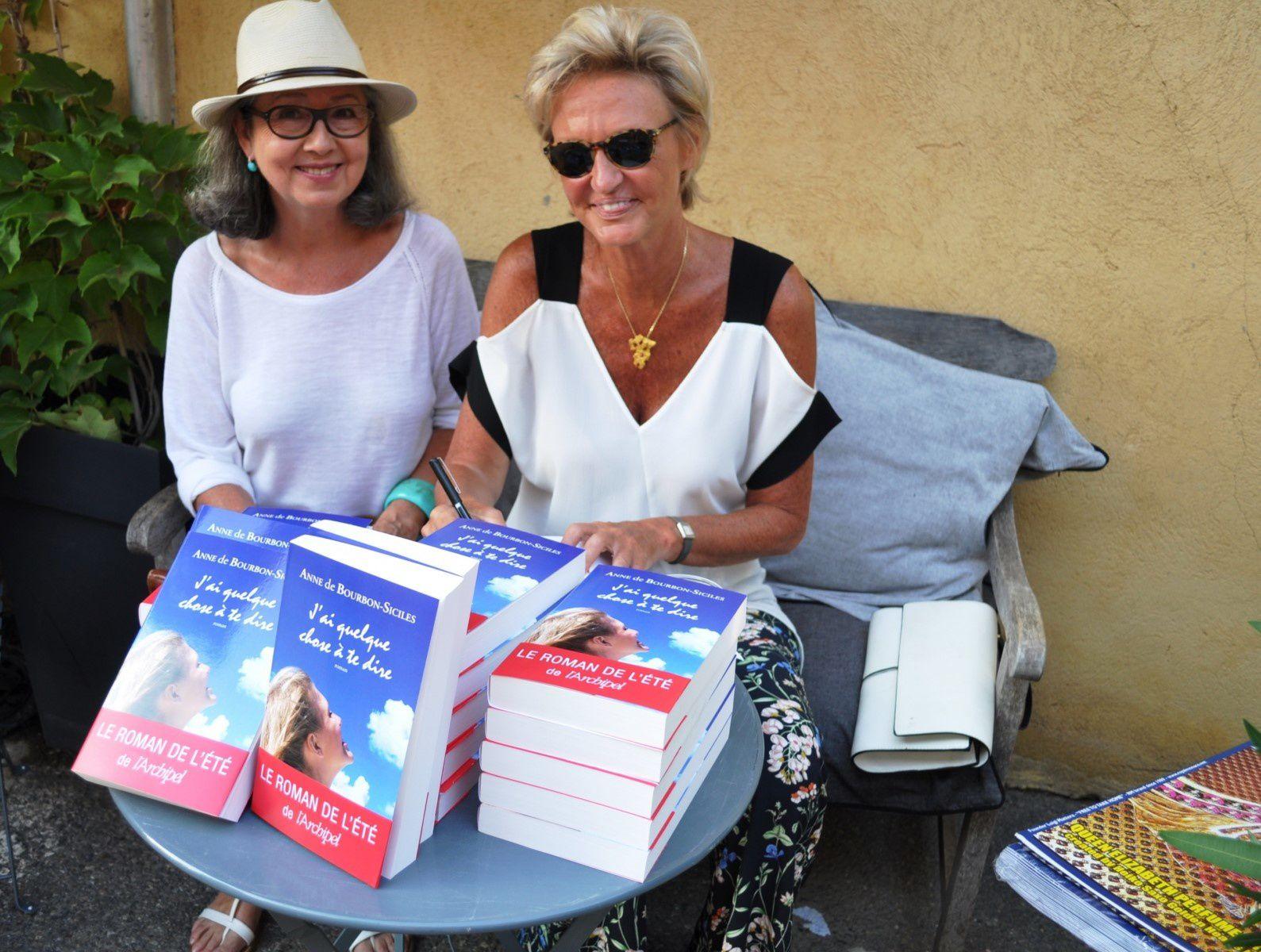 S.A.R.La Princesse Anne de Bourbon  Deux Siciles, après Paris présente son dernier livre à la Librairie de Saint-Tropez