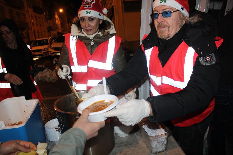 Nice: Umberto Tozzi, AngeGardien avec les sans abris dans la nuit
