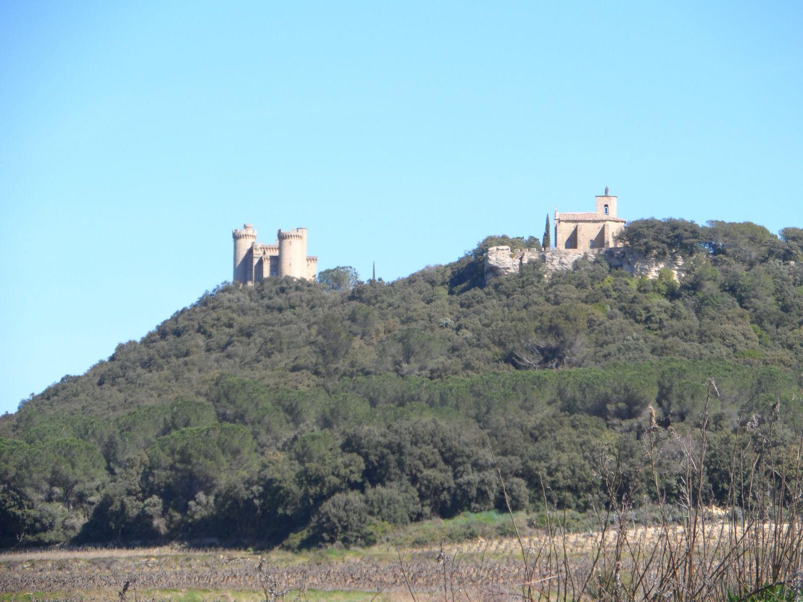 Nous voyons le château du Jonquier,  la chapelle Saint Marc