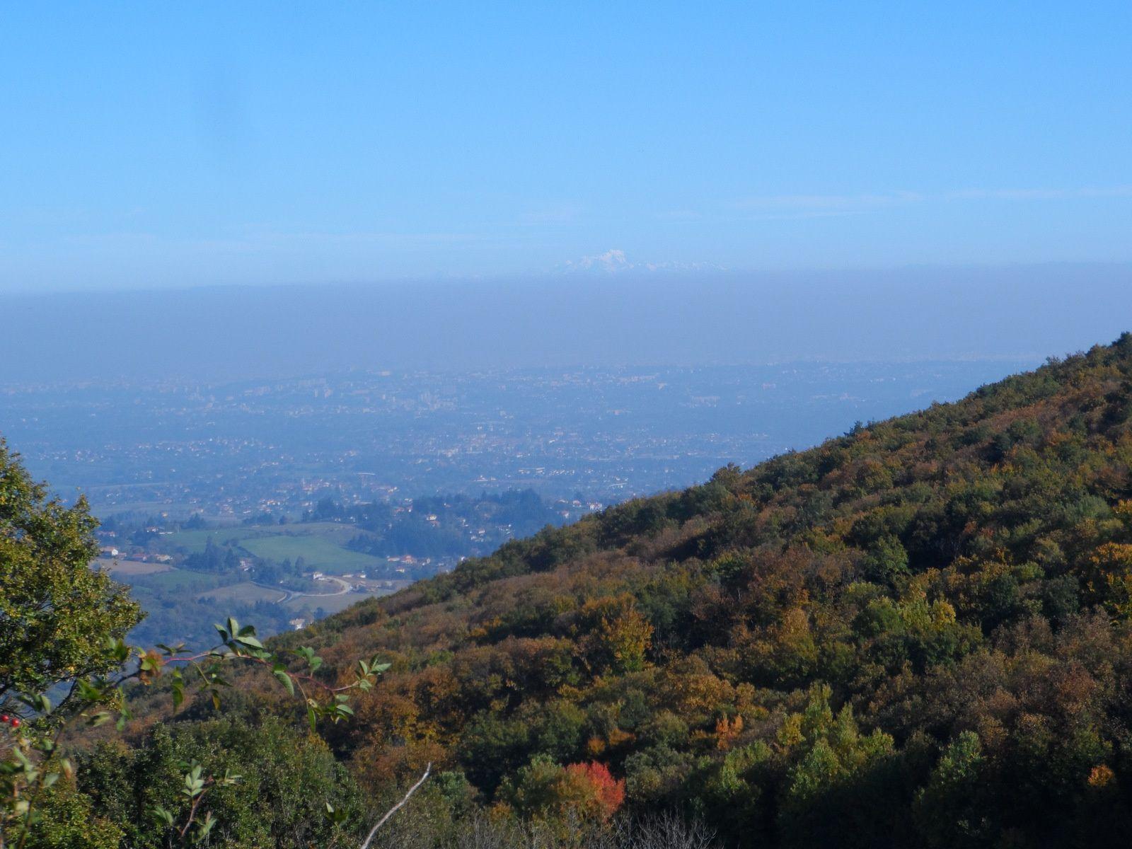 A l'horizon, au dessus de Lyon, par delà la pollution, on aperçoit le Mont Blanc.