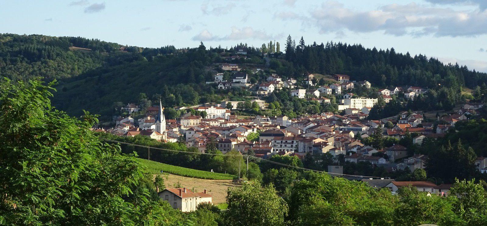 Derrière l'église, le village de Boën sur Lignon.