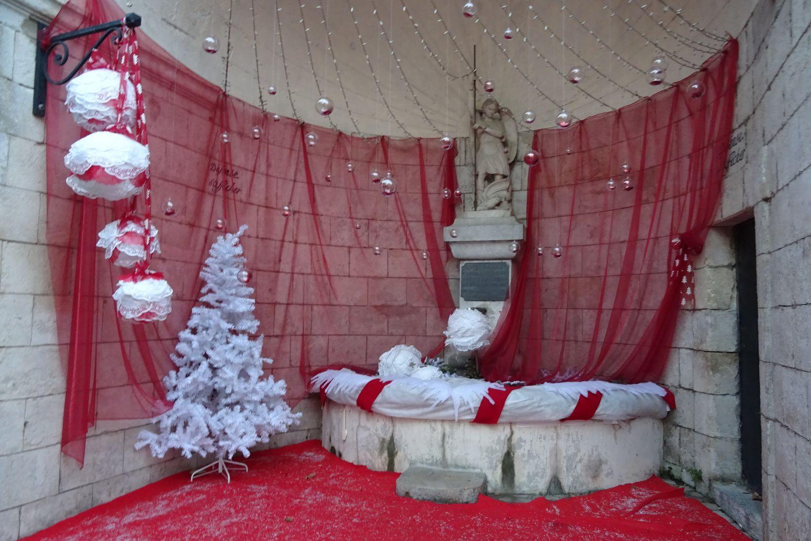 Tout le village arbore ses décorations de Noël.