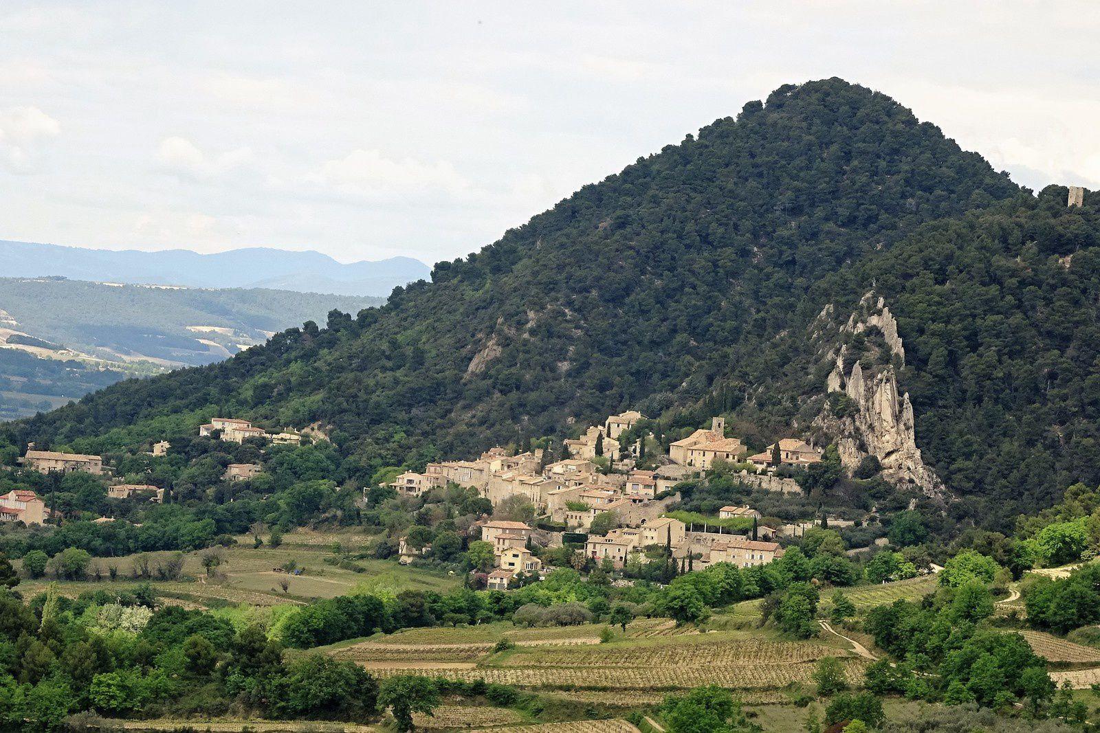 Village à flanc de colline.