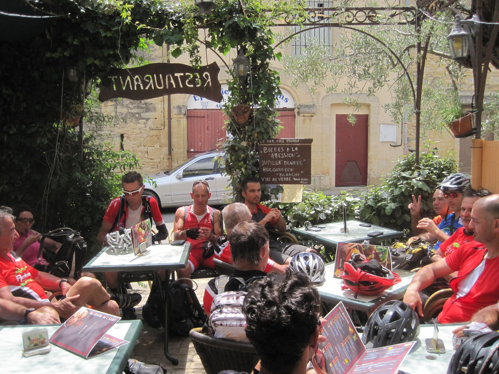 avant d'arriver à  Castillon du Gard où nous nous arrêtons au café, En 2 secondes on investit toute la terrasse.