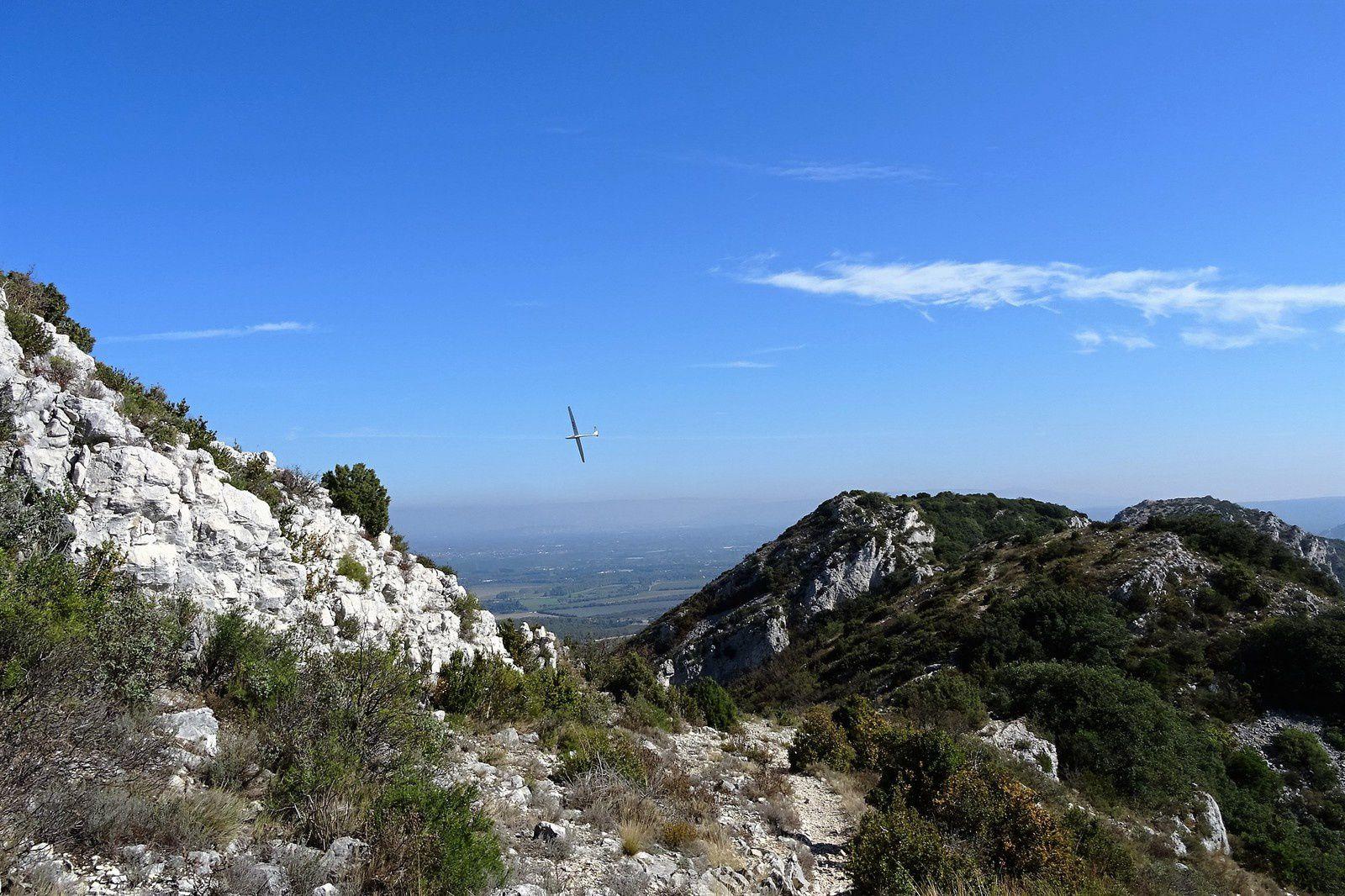 Un planeur passe et repasse au dessus de nos têtes, sans doute le pilote se demande t-il ce que font ces énergumènes à jouer à saute-moutons avec leur VTT au milieu des rochers perdus dans la montagne.