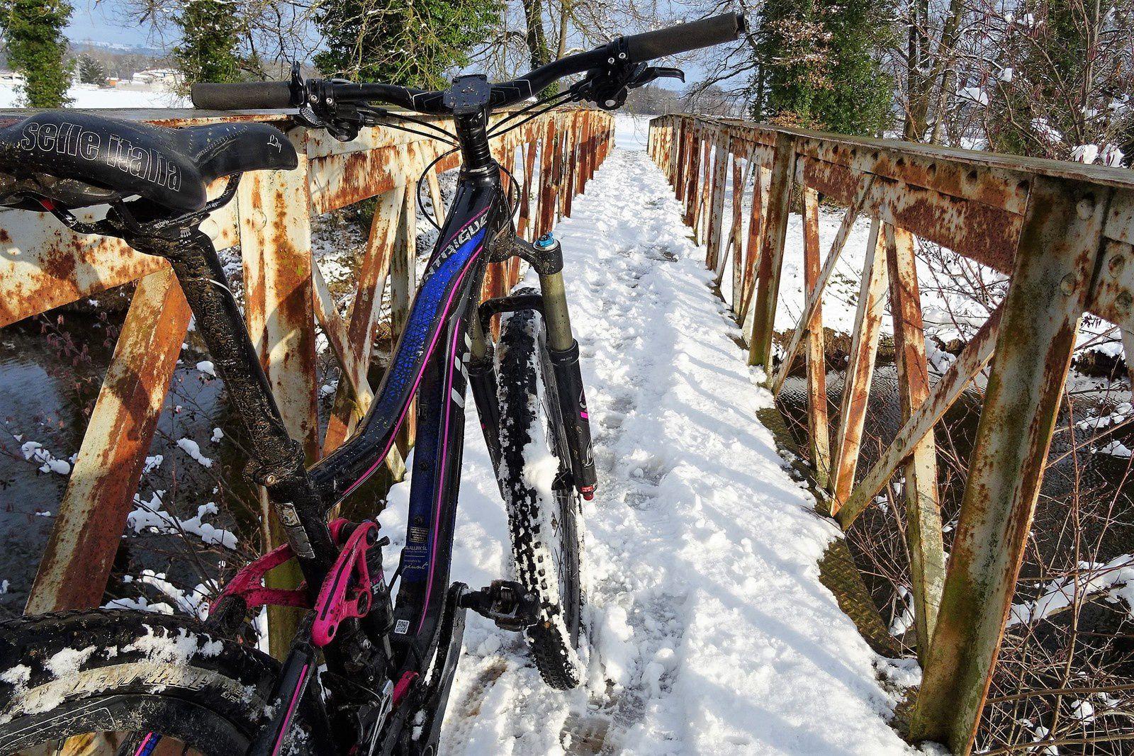 Le VTT se comporte bien dans la neige malgré des pneus été.