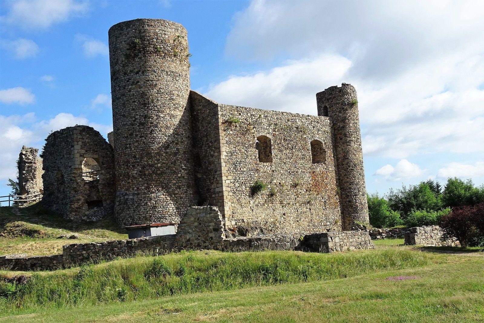 Le grand parcours passe par Cervières et le château des Cornes d'Urfé. Les ravitaillements sont nombreux et variés. En parlant ravitaillement je salue ceux qui les tenaient ainsi que tous les bénévoles qui ont fait une réussite de cette journée.