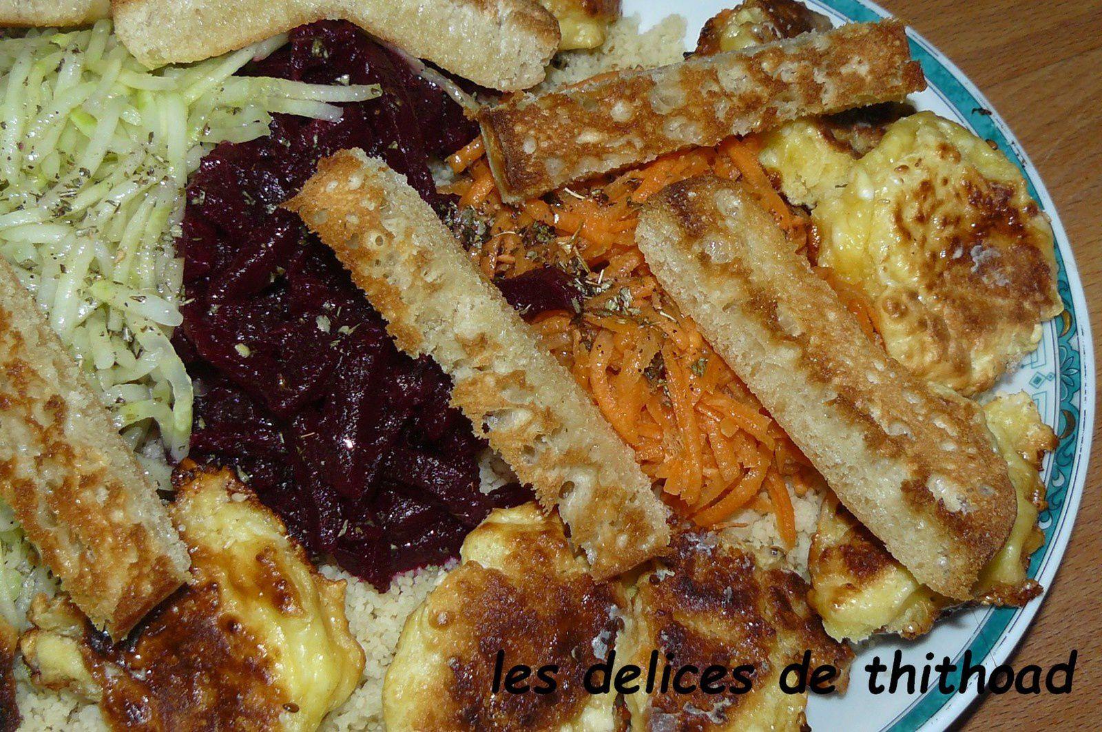 salade arc-en-ciel de légumes râpés et croquettes de feta
