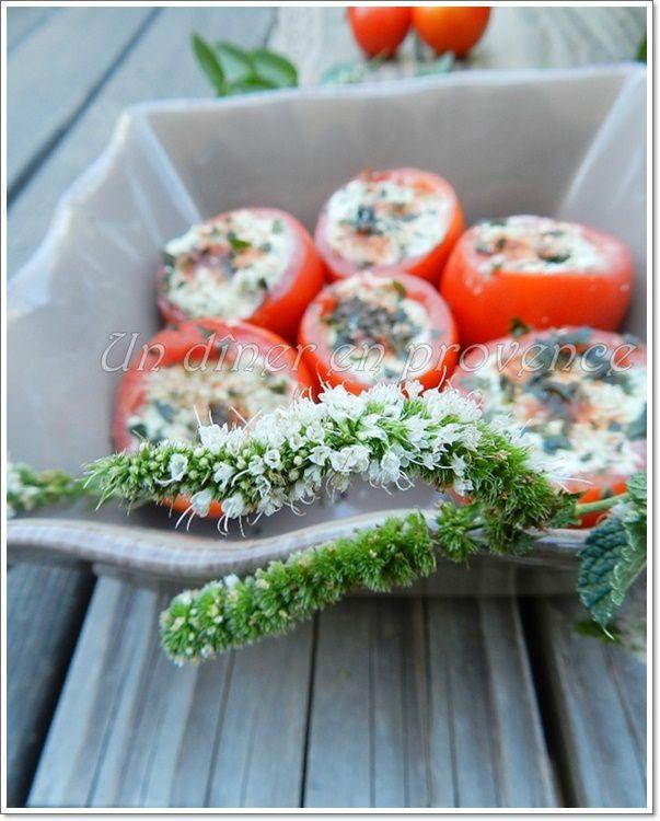 Tomates farcies à la faisselle et aux herbes