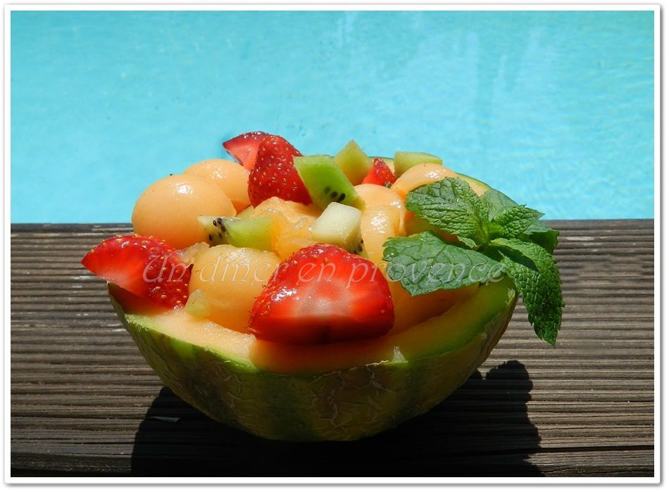Melons garnis de fruits frais