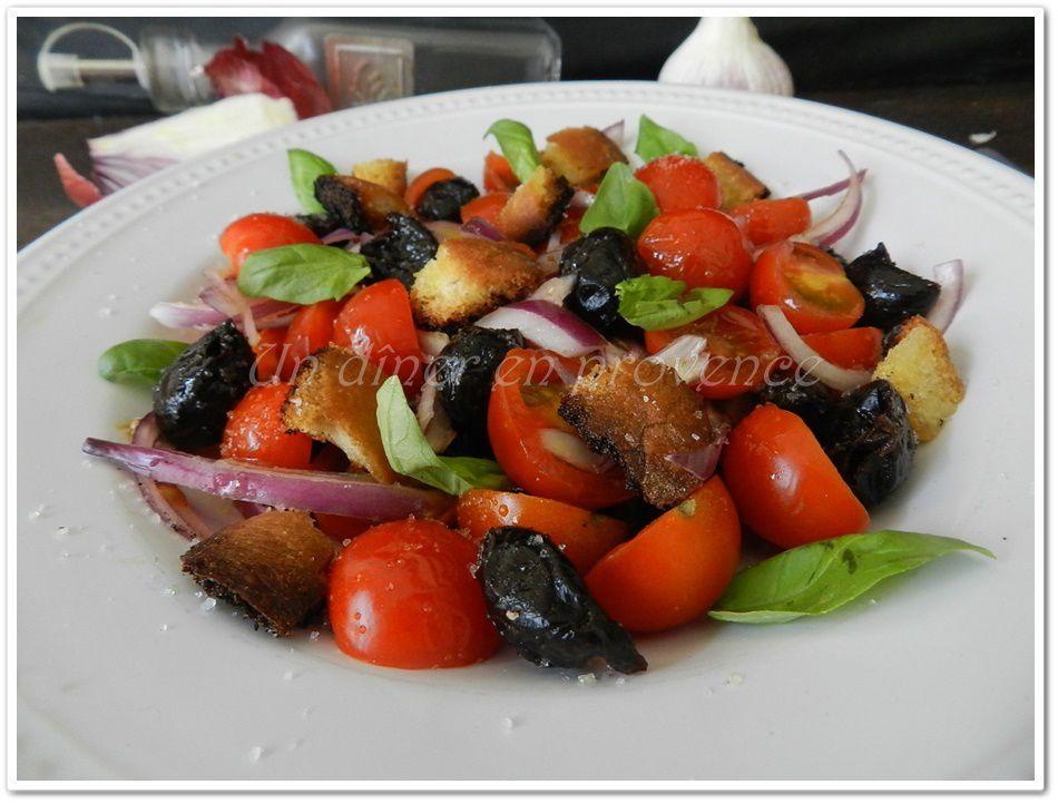 Salade aux tomates cerises, olives, basilic et croûtons aillés
