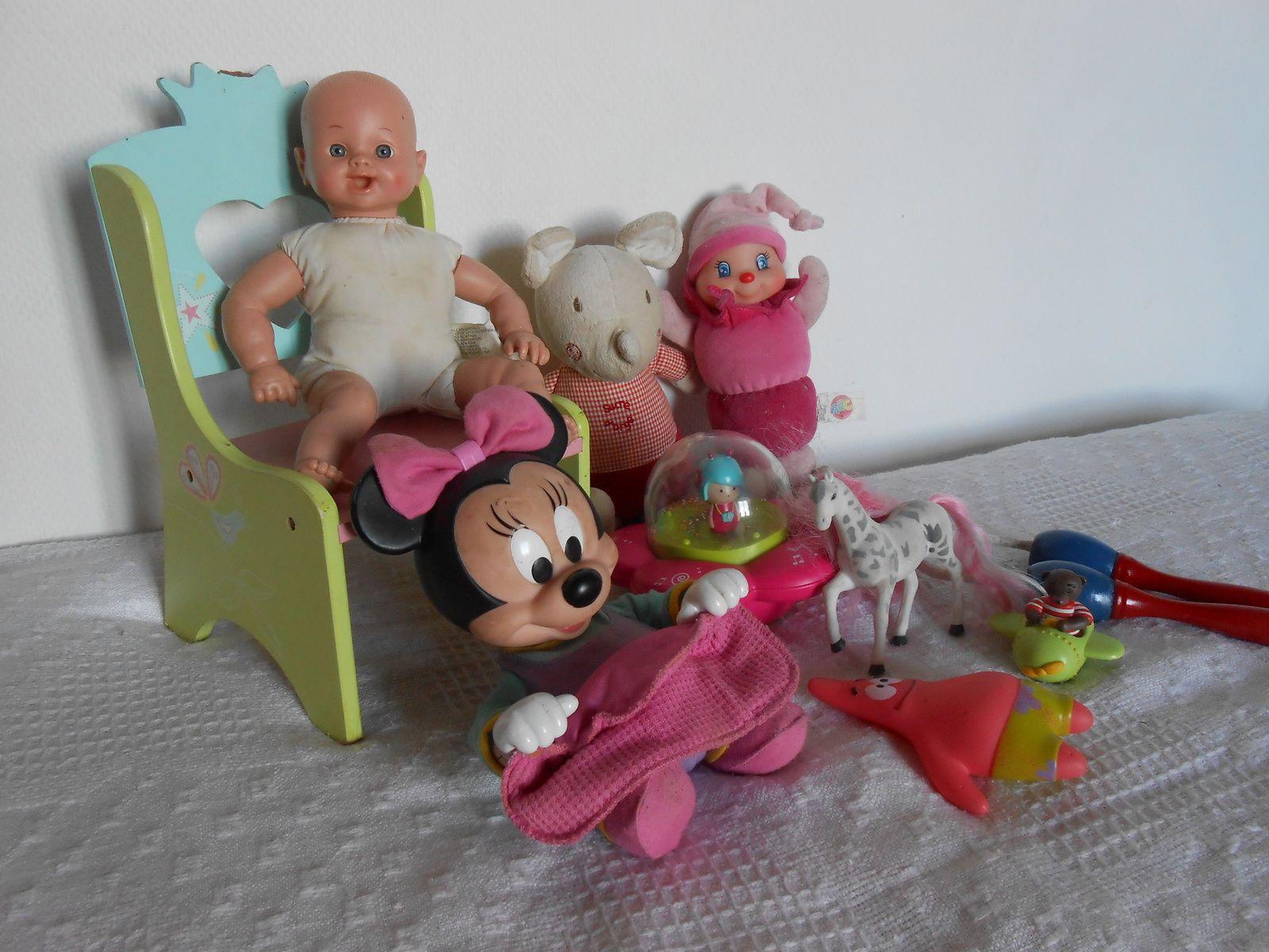 ...une chaise en bois, un culbuto minnie, une poupée, une luciole ajena, une corde à sauter,...