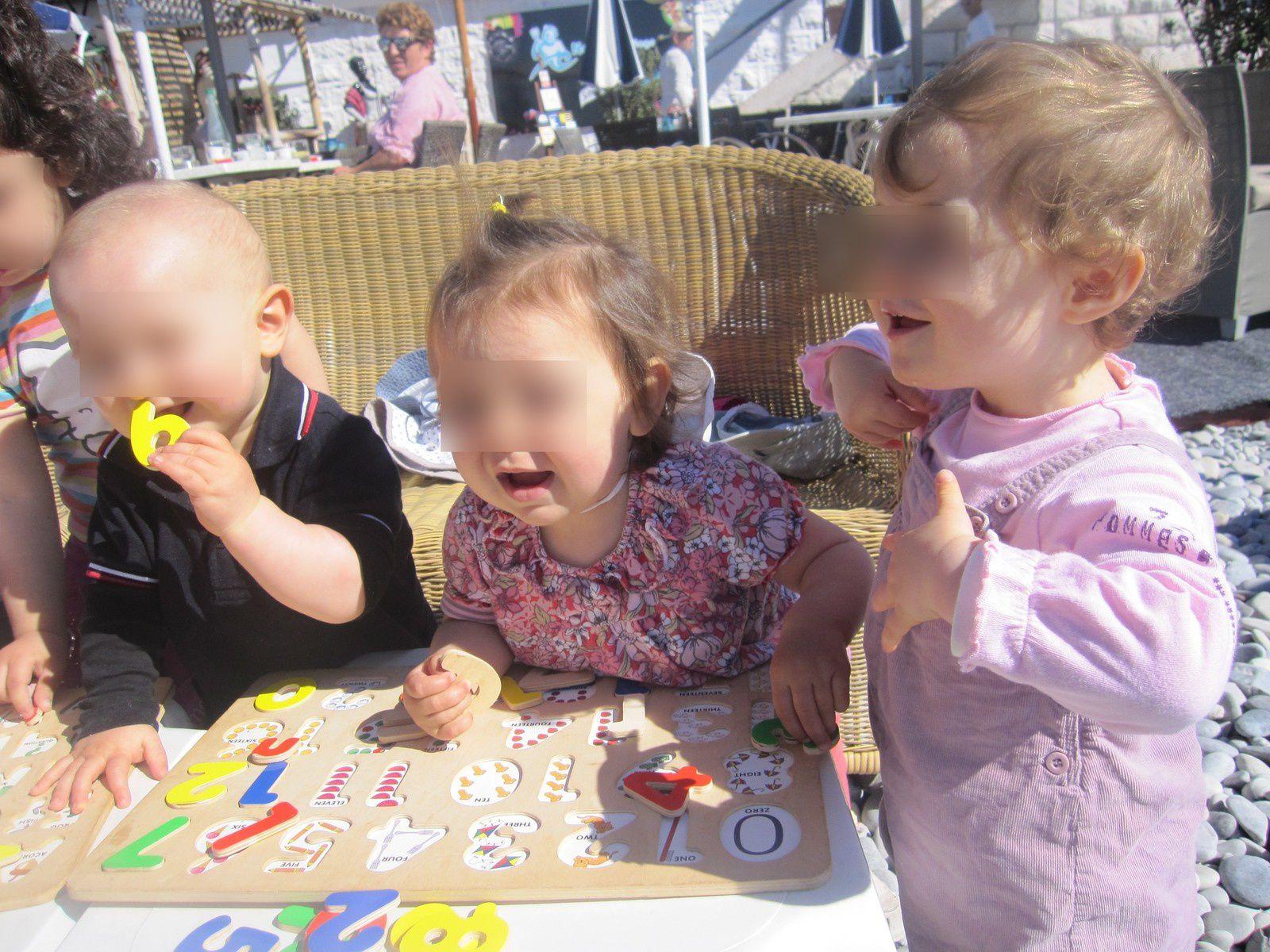Nos petits bouts jouent au puzzle alphabet et les chiffres