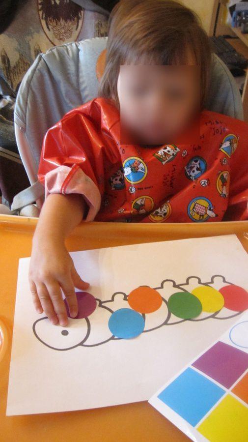 La chenille multicolore fait avec des gommettes