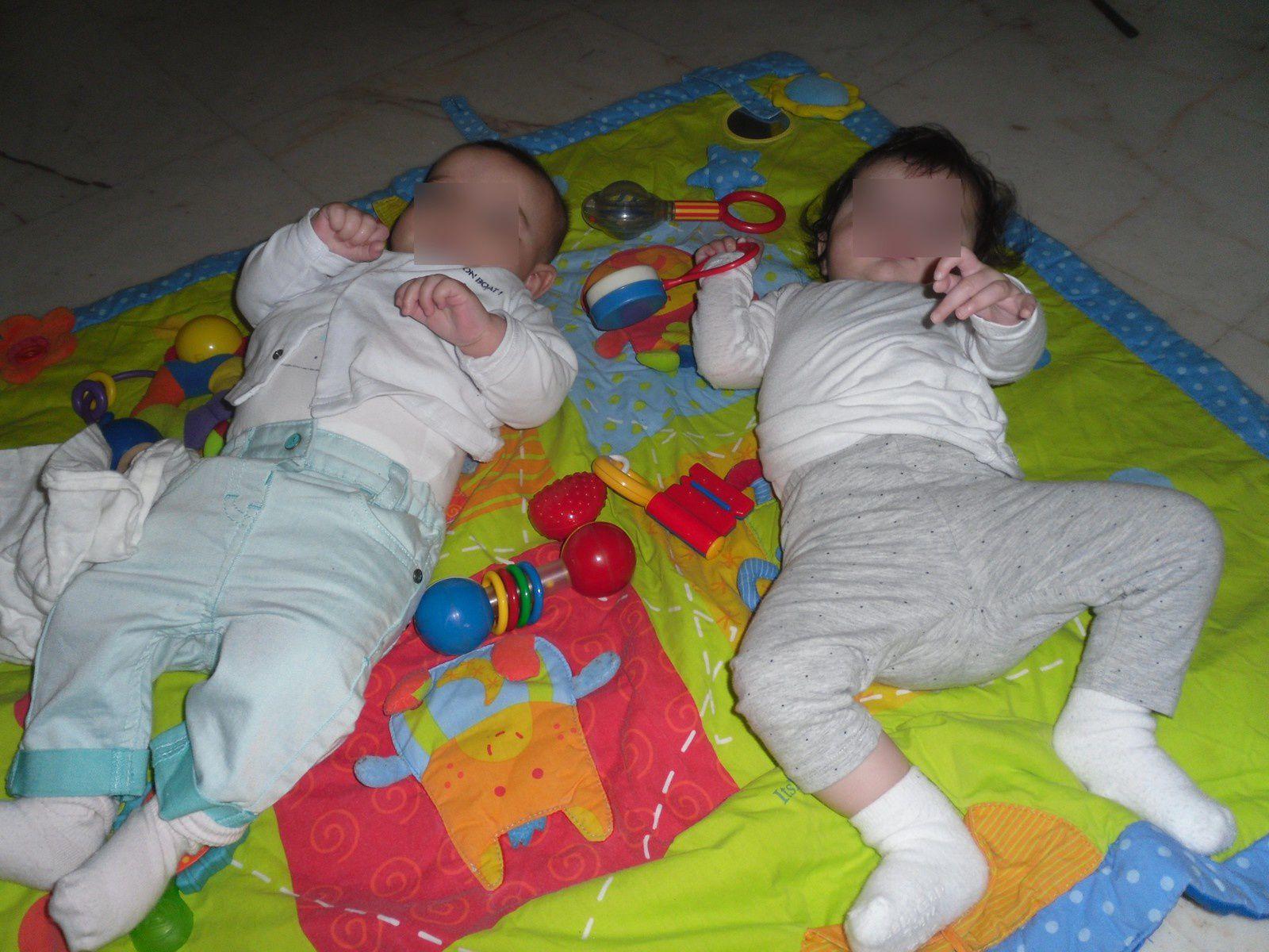 nos petites poupettes sur le tapis d'eveil