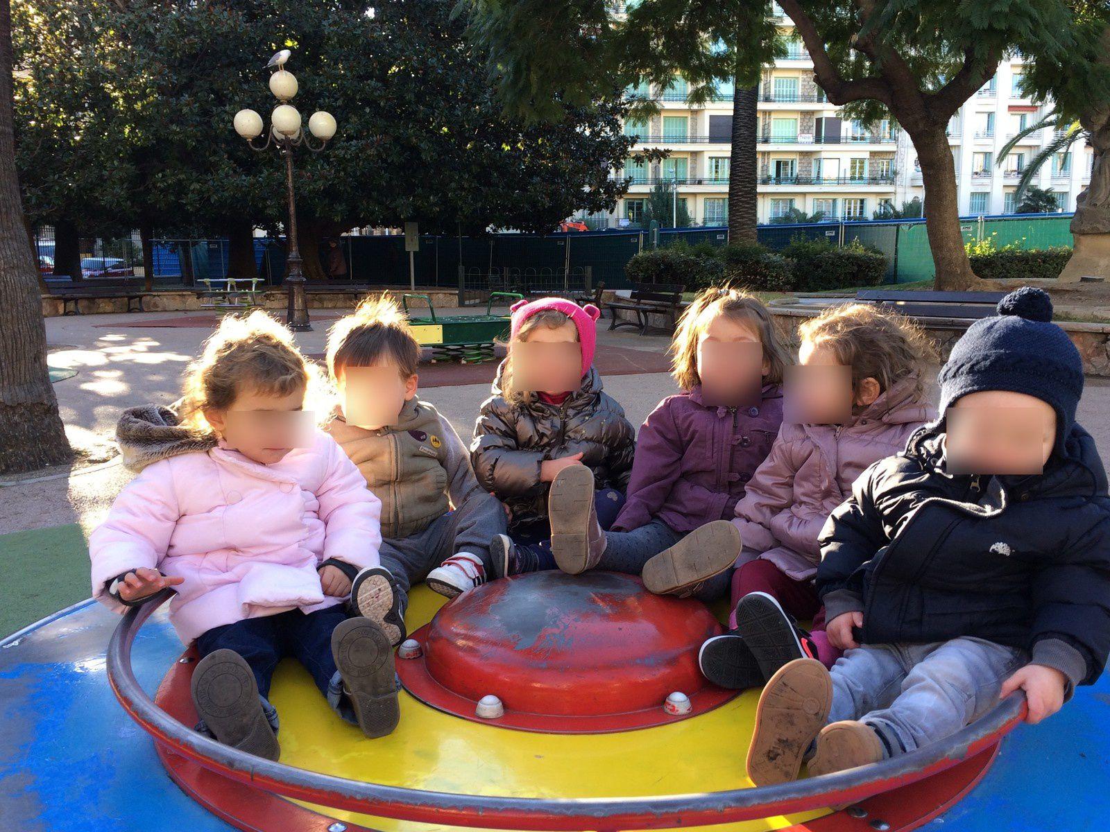 Tout nos petits bouts jouent au parc