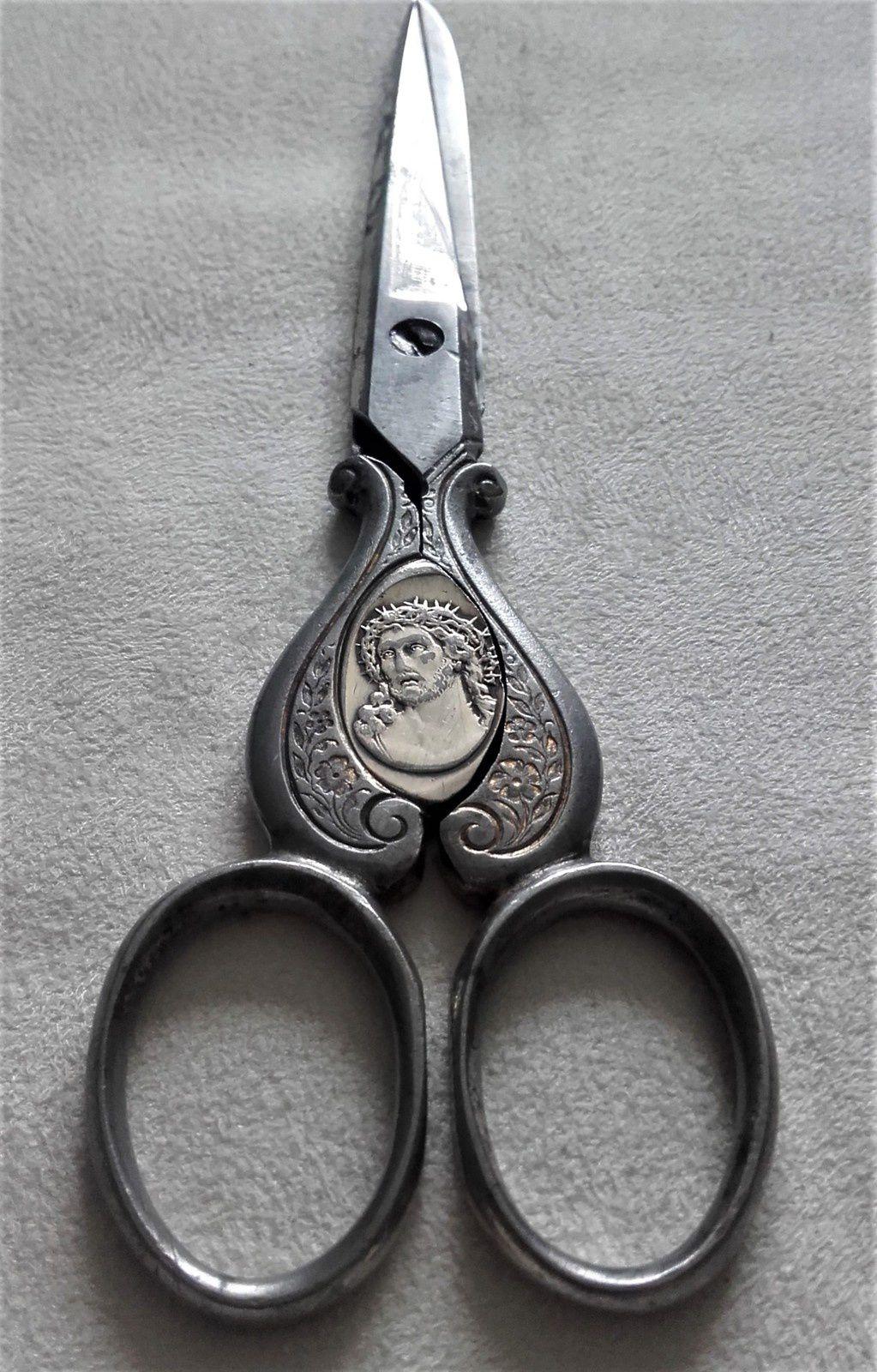 Ces ciseaux étaient offerts aux novices, lorsqu'elles prenaient le voile