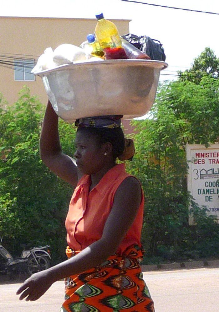 femme africaine triant du plastique
