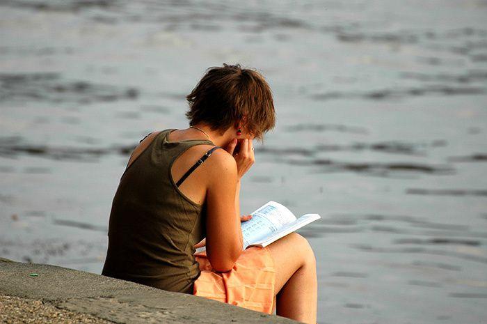 femme aux cheveux courts en bord de Garonne