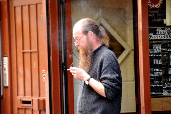 homme à la barbe qui pense