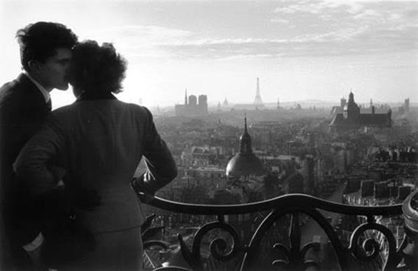 Willy Ronis, Les amoureux de la Bastille, Paris, 1957, épreuve argentique (c. 2000), Tampon « 46 rue de Lagny », titre, date et numéro de négatif au verso,  41 x 54 cm avec marges, de la succession Willy Ronis, Collection Stéphane Kovalsky, estimation: 2 500 - 3 500 € / 2 750 – 3 850 $