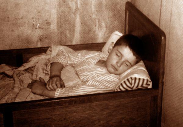 ... Et je me balançais, pauvret dans mon lit cage, sans rien connaître, alors, du dol de la névrose ...