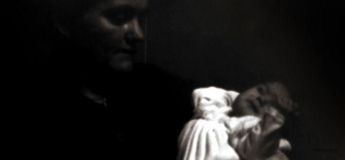 Aline D, (1959-1960) dans les bras sa mère