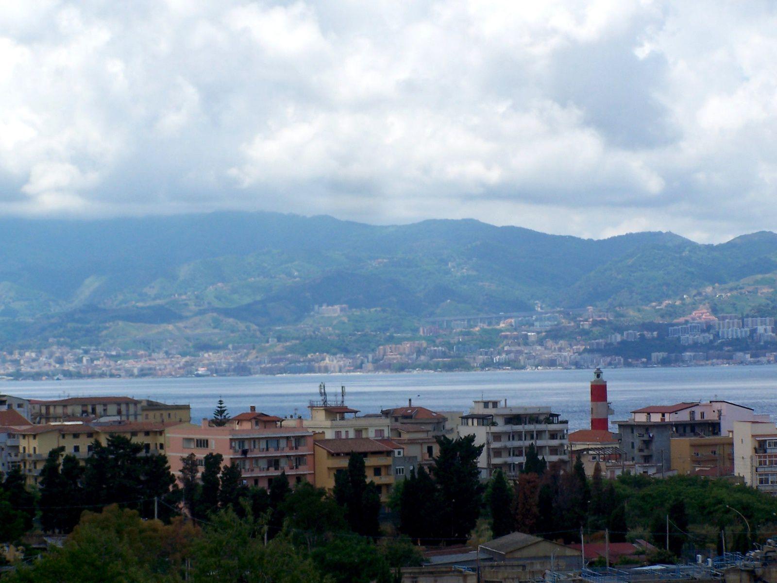 la Sicile là-bas en face , à la sortie de Reggio de Calabre