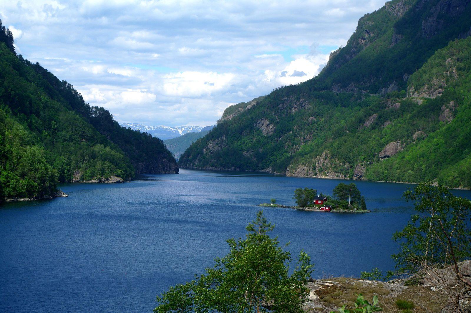 maisons de pêcheurs au milieu du fjord