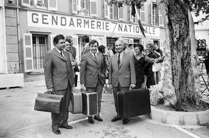 """Les acteurs (de gauche à droite) Michel Galabru, Jean Lefevre et Louis de Funès sont photographiés sur le tournage du 4ème volet du """"Gendarme de Saint-Tropez"""" le 27 mai 1970 ...Ainsi que Brigitte Bardot..."""