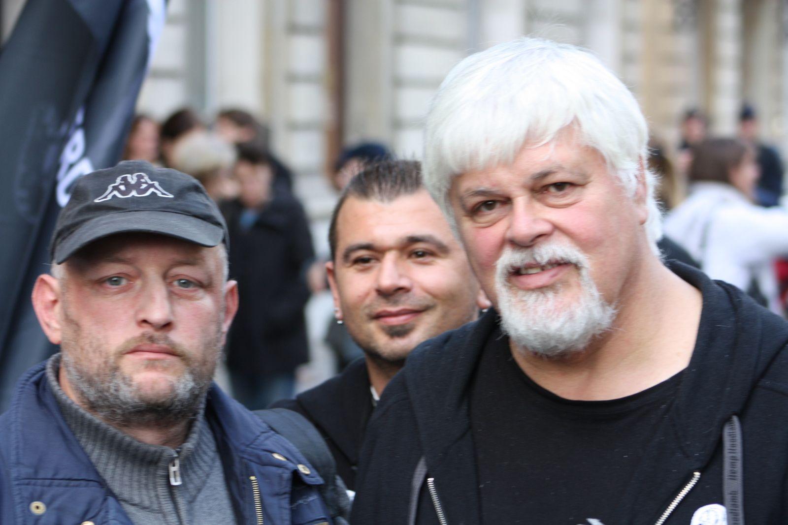 Manifestation aux côtés de Paul Watson devant l'ambassade du Dannemark...pour dénopncer le massacre des Globycéphales...