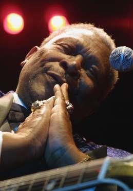 """B.B. King, guitariste et chanteur (16 septembre 1925 - 14 mai 2015)   Le guitariste américain B.B. King, légende du blues et source d'inspiration pour de nombreux musiciens, s'est éteint à l'âge de 89 ans. B.B. King, de son vrai nom Riley B. King, était considéré comme l'un des plus grands guitaristes de tous les temps. Avec plus de 50 albums à son actif, il est notamment célèbre pour des tubes devenus des classiques comme """"Three O'Clock Blues"""", """"The Thrill is Gone"""" ou """"Rock me baby""""."""