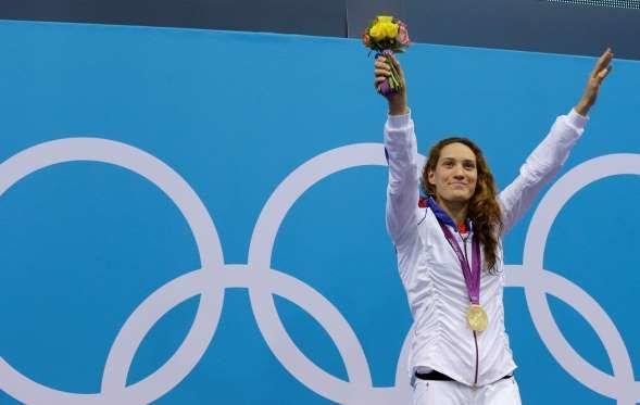 """Camille Muffat, nageuse (28 octobre 1989 - 9 mars 2015)   Triple médaillée aux Jeux Olympiques de Londres et détentrice par deux fois d'un record du monde, elle meurt à 25 ans dans un crash d'hélicoptères, lors du tournage de l'émission """"Dropped"""", en Argentine, le 9 mars 2015."""