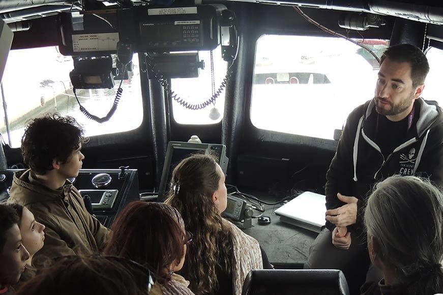 """NAUTICALES LES VISITES SONT PRISES D'ASSAUT POUR VISITER CE TRIMARAN D'ACTION Le """"Brigitte Bardot""""de Sea Shepherd en escale"""