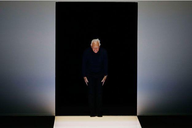 Sous les applaudissements, Giorgio Armani, lors de la présentation de sa collection femmes automne-hiver 2016-2017, à la Fashion Week de Milan.