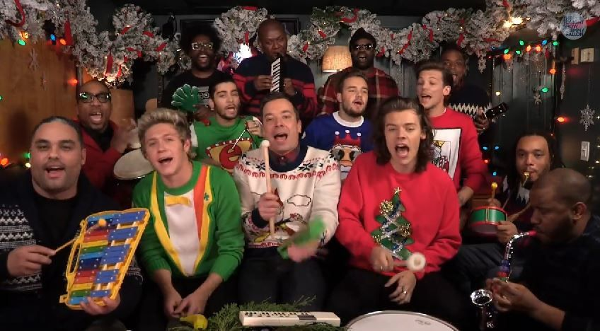 Jimmy Fallon, One Direction &amp&#x3B; The Roots interprètent Santa Claus Is Coming To Town.