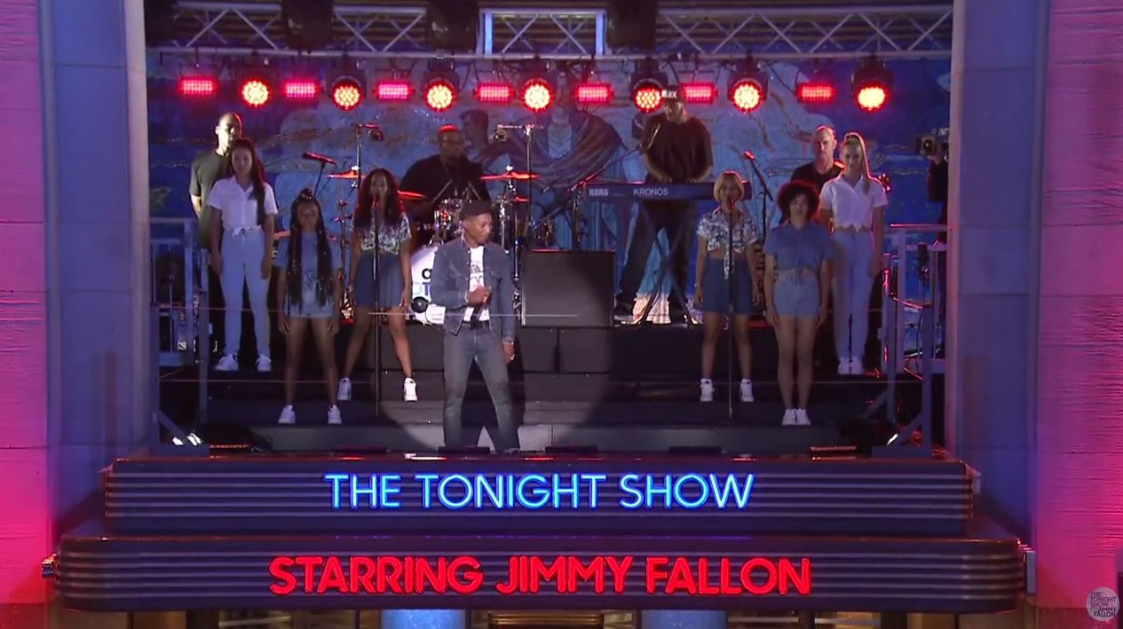 Tonight Show avec Jimmy Fallon : Pharrell Williams interprète à l'extérieur Freedom.