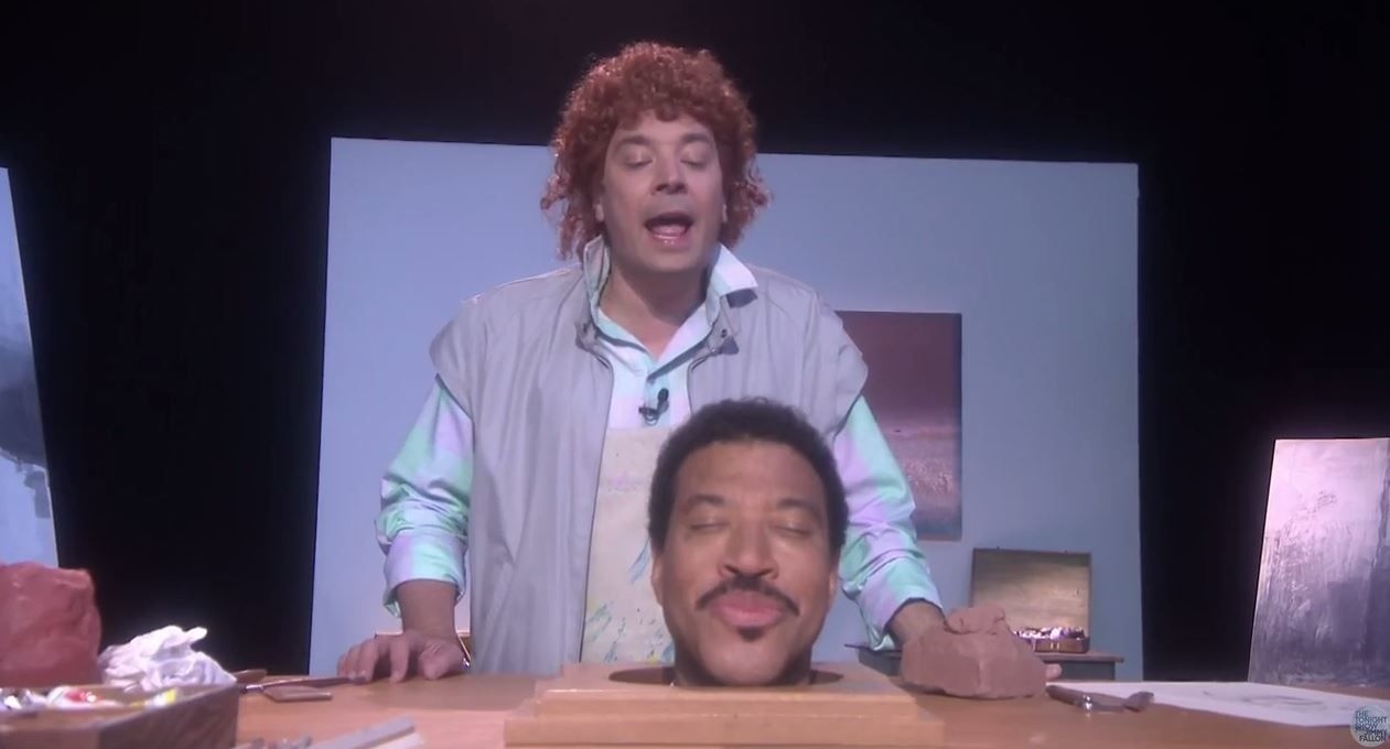 Jimmy Fallon et...la tête de Lionel Richie interprètent Hello (vidéo).