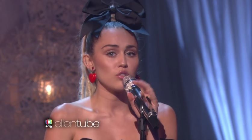 Miley Cyrus interprète 'Hands of Love' dans le talk d'Ellen de Generes.