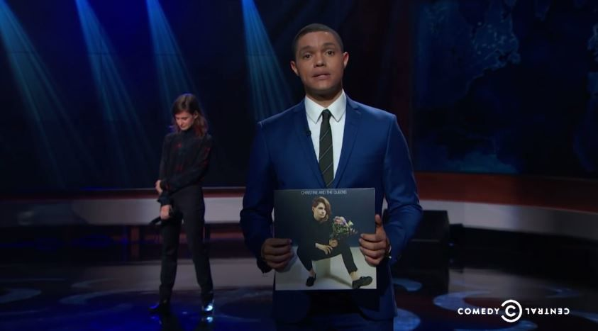 Christine &amp&#x3B; The Queens interprète Tilted au Daily Show, aux Etats-Unis (vidéo).