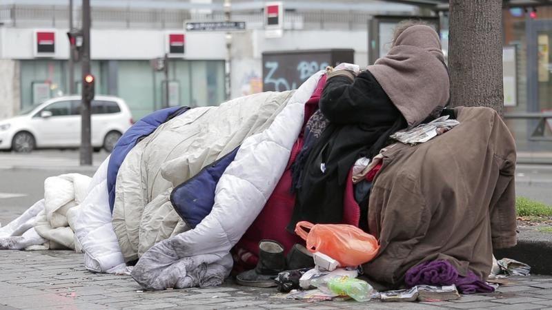 Document inédit de Mireille Darc, à voir ce soir : Elles sont des dizaines de milliers sans abri.