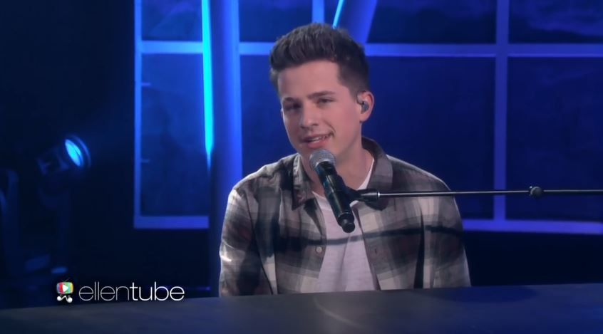 Charlie Puth interprète One call away dans le talk d'Ellen DeGeneres.