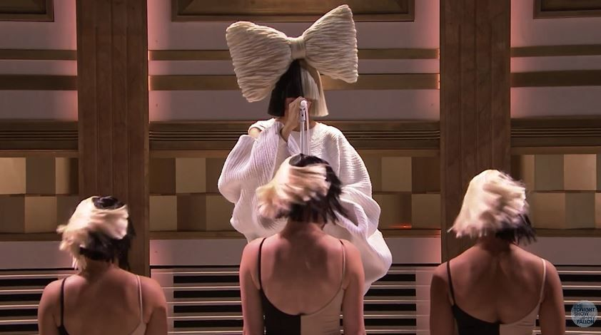 Le live de Sia dans le Tonight Show de Jimmy Fallon.