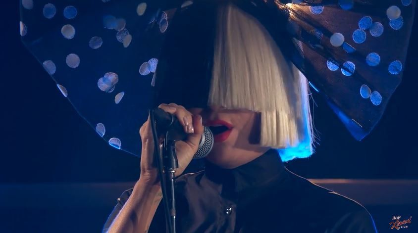 Sia interprète &quot&#x3B;Bird Set Free&quot&#x3B; dans le Jimmy Kimmel Live.