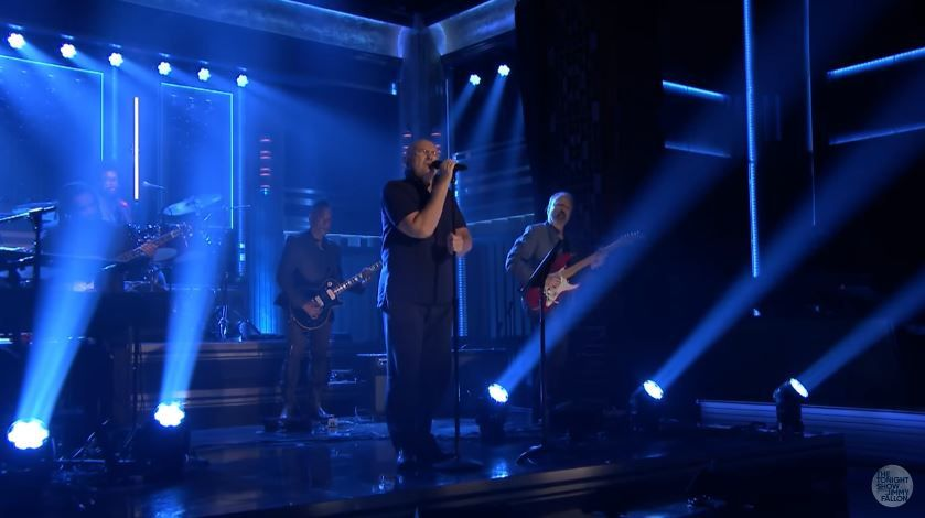 Phil Collins interprète In the air tonight dans le talk de Jimmy Fallon.
