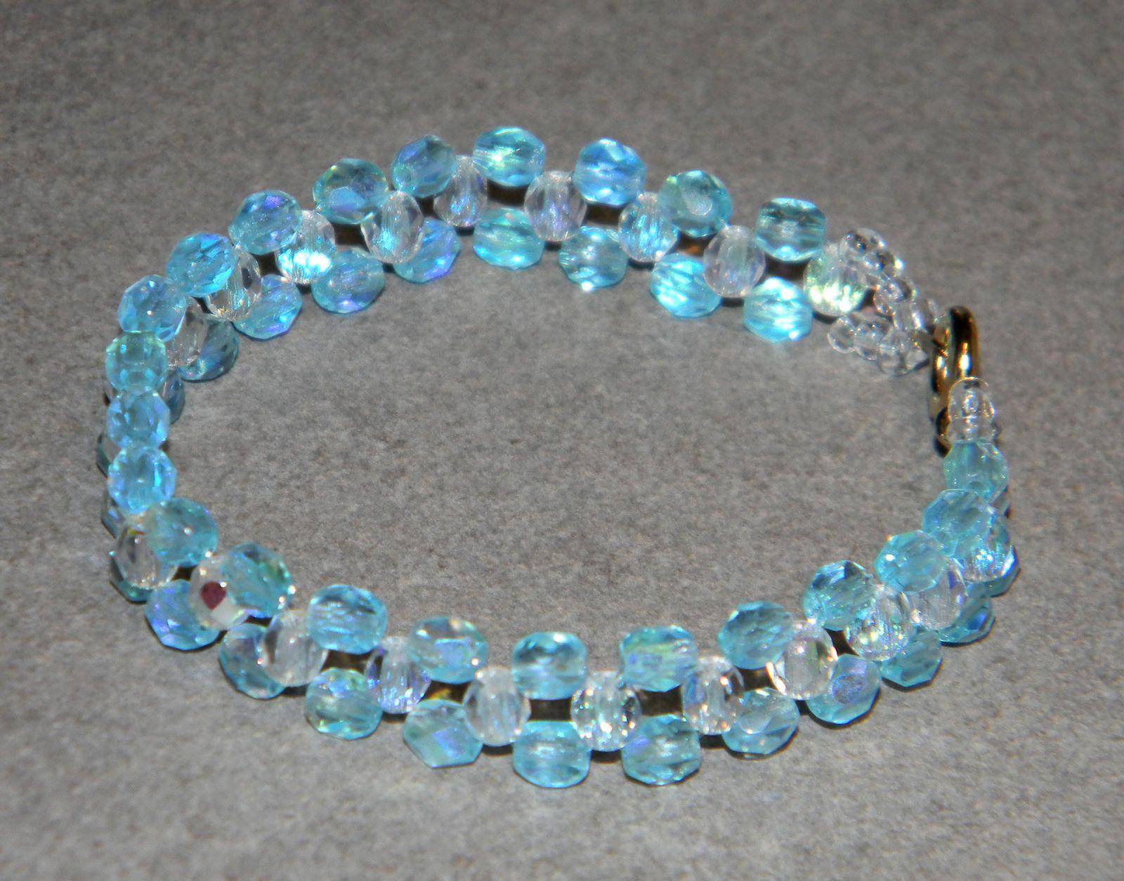 Bracelet bleu ciel en verre de Bohême
