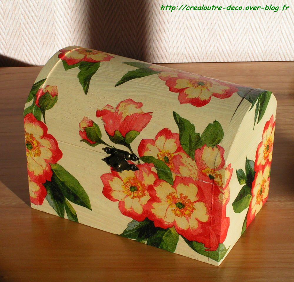 Coffret décoré de fleurs rouge pâle/beige (serviettage)